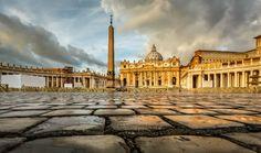 Le Vatican propose de nombreux services gratuits pour les sans-abris de la place Saint-Pierre : coiffeurs et barbiers gratuits, distribution de parapluies, etc. Récemment, le Pape François a autorisé l'installation de douches gratuites au niveau des toilettes publiques.