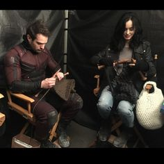 Krysten Ritter (Jessica Jones) taught Charlie Cox (Daredevil) to knit on the set of The Defenders. I taught my friend, the already wildly-mind-blowingly talented Charlie Cox, a new skill set. Daredevil Funny, Daredevil Punisher, Marvel Girls, Marvel Dc, Marvel Comics, Charlie Cox, Netflix, Defenders Marvel, Krysten Ritter