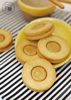 Biscoitos com doce de leite - Cupcakeando Rende: 30 a 40 biscoitos Receita da Sweetopia, com adaptações. 450g de manteiga 1 1/2 xícaras (340g) de açúcar 2 ovos 2 colheres de chá de extrato de baunilha 5 xícaras (550g) de farinha 1/2 colher de chá de sal doce de leite a gosto (e se for caseiro, melhor ainda)