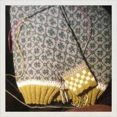 Det går sakta framåt med min #wiolakofta #stickning #knitstagram #trippelkofta #knitting