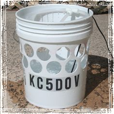 How to Build an Off Grid Air Conditioner: DIY Bucket Air Cooler Instructions Bucket Air Conditioner, Homemade Air Conditioner, Survival Tips, Survival Stuff, Survival Skills, Diy Swamp Cooler, Homemade Cooler, Home Made Camper Trailer, Bucket Cooler