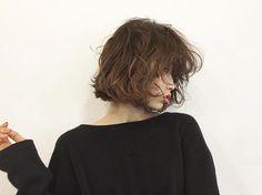 横からもいいクセっぽさを .  本日まだ少し空いてます。お時間合う方は是非是非 #people_aoyama #people_minowa #hair #hairstyle #bob #perm #fashion  #ヘアスタイル#切りっぱなしボブ #パーマ #作品撮り