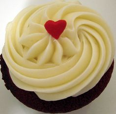 How to Make Cream Cheese Icing! Frost Cupcakes, Yummy Cupcakes, Make Cream Cheese, Cream Cheese Icing, Köstliche Desserts, Delicious Desserts, Yummy Food, Cupcake Frosting, Cupcake Cookies