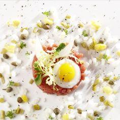 #108:Steak tartaar met klassieke garnituren - Maison van den Boer Beef Tataki, Tasting Menu, Xmas Food, Food Design, Food Presentation, Food Plating, Dinner Plates, Food Inspiration, Tapas