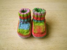 These are fun to knit and make a great fast baby gift (FREE pattern) - knitted baby booties Knitting For Kids, Baby Knitting Patterns, Knitting Socks, Baby Patterns, Knitting Projects, Hand Knitting, Crochet Patterns, Knitting Tutorials, Loom Knitting