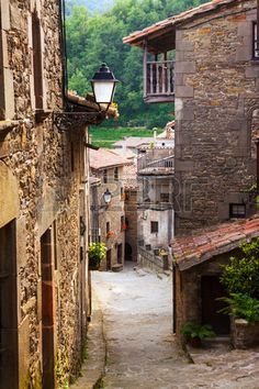 Calle estrecha en la ciudad medieval catalán en los Pirineos. Rupit, Catalonia