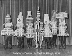 Arquitectos disfrazados como sus edificios (1931). No son unos arquitectos cualquieras, son auténticos iconos de la arquitectura a nivel mundial y ante todo les sobraba el sentido del humor. La foto fue tomada en 1931 en Nueva York durante la celebración del Beaux Arts Architects Ball donde se disfrazaron de sus obras, los edificios mas iconico de Manhattan. De izquierda a derecha: Stewart Walker (Fuller Building), Leonard Schultze (Waldorf-Astoria), Ely Jacques Kahn (Squibb Building)…
