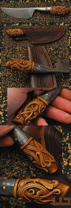 Gerdil Лоран - Скульптура - Человек держатель ножа. Общая длина: 21 см. Клинок 100C6, самшит ручка патина. Дело в ручной сшитые кожи