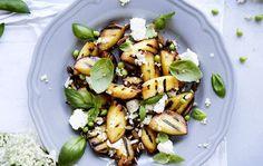 Salat med grillede ferskner, hyldeblomst, ærter, mandler og feta - ALT.dk