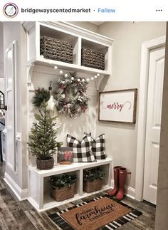 This entryway is so cute! I'm thinking of the rear entry of the house!🙌🏼 What do you think of this simple holiday decor? Decoration Shabby, Decoration Entree, Christmas Home, Christmas Crafts, Christmas Ideas, Christmas Print, Christmas Phrases, Christmas Entryway, Farmhouse Christmas Decor