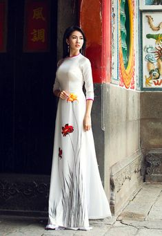 Vietnamese Traditional Dress, Traditional Dresses, Saree Painting, Vietnamese Clothing, Ao Dai, White Girls, Asian Beauty, Marilyn Monroe, Kylie Jenner