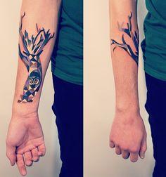 """Sasha Unisex. J'aime beaucoup l'idée du tatouage """"caché"""" à l'intérieur du bras et qui se laisse un peu apercevoir sur le dessus."""