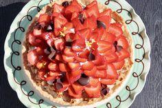 Let og lækker jordbærtærte med mascarponecreme, kransekage, mazarin, chokolade og selvfølgelig massere af friske jordbær på toppen!