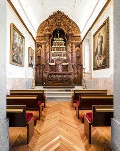 Interior da Capela de S. Francisco de Assis, existente no Palácio Igreja Velha & Divinal em Vermoim,  concelho de Vila Nova de Famalicão, Portugal. A capela apresenta um estilo neo-gótico.