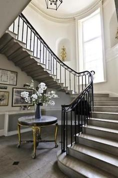 Hall d'entrée et escalier - Entrance hall and staircase Foyer Staircase, Staircase Design, Staircase Ideas, Iron Staircase, Stair Design, Staircase Molding, Staircase Pictures, Concrete Staircase, Winding Staircase
