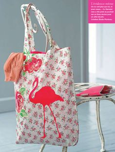 a5cd2e417d Un cabas peint d'un flamant rose / A shopping bag paints of a pink flamingo