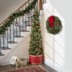 Front Door Christmas Decorations, Christmas Entryway, Unique Christmas Trees, Classy Christmas, Decorating With Christmas Lights, Farmhouse Christmas Decor, Christmas Diy, Christmas Decor For Stairs, Christmas Projects