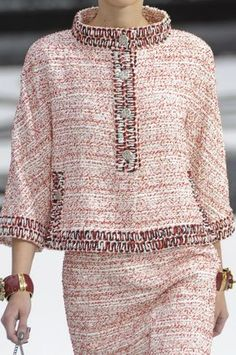 Chanel at the Paris Fashion Week Spring 2011 Details of .- Chanel auf der Paris Fashion Week Frühjahr 2011 Details der Start-und Landebah… Chanel at the Paris Fashion Week Spring 2011 Details of the runways - Chanel Fashion, Paris Fashion, New Fashion, Runway Fashion, High Fashion, Fashion Show, Womens Fashion, Fashion Trends, Trendy Fashion