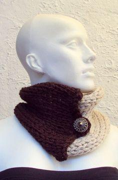 Gola tramada em tricot com fios em cordão de crochet. Tons marrom e bege claro. Fecha com botão biju. Pode ser usada de várias formas, inclusive como faixa para a cabeça. Fio viscose de bambú, lã e acrílico.  Somente na PRONTA ENTREGA.  Preço promocional até 24 de Julho ou fim de estoque! Aproveite. R$22,50