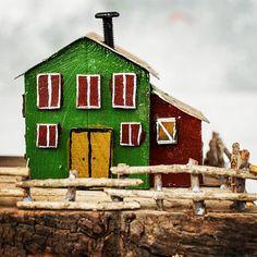 Einer der eine Art Grün und Bordeaux Scheune Haus Miniatur, mit Holz-Zaun, Zinn Dächer und Nagel Kamine. Komplett handgefertigt aus recyceltem Holz und andere Metall-Details. + Von Hand bemalt mit Acrylfarben + Recycling-Holz, Zinn, Nägel + Abmessungen: 9.5x9x5 / 24x22.5x12 cm ca.