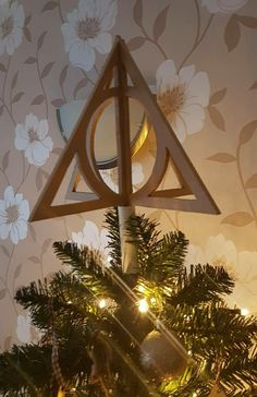 46 Ideas Harry Potter Christmas Tree Diy Deathly Hallows [Read more] Harry Potter Christmas Decorations, Harry Potter Ornaments, Harry Potter Christmas Tree, Hogwarts Christmas, Christmas Tree Themes, Christmas Tree Toppers, Christmas Crafts, Christmas Wreaths, Harry Potter Navidad
