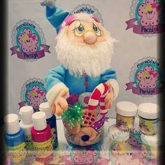 Un hermoso tarrito galletero, es nuestro proximo Tuto Live de esta semana....y que mejor que elaborado con todos los productos de Prodisni,sus nuevas pinturas acrilicas y pinceles mop espectaculares, ademas de las geniales termoformas, versatiles e Irrompibles....  Espero lo amen!!! Diy And Crafts, Dolls, Photo And Video, Christmas Ornaments, Cake, Videos, Decorated Jars, Baby Dolls, Xmas