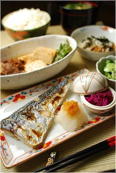 Healthy Home-cooked Japanese Dinner Meals: Salt-grilled Sawara Mackerel with Grated Daikon Radish, Tofu and Meat Dish (Niku-dofu), Rice and Miso Soup.|鰆の塩焼きおろしポン酢と肉豆腐