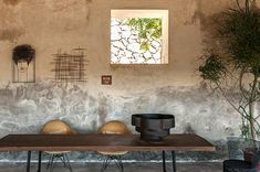A farmhouse becomes a refuge and workshop for Antonino Sciortino and Maurizio Zucchi. Mediterranean Houses, Balearic Islands, Rustic Interiors, Case, My Coffee, Kitchenware, Floral Arrangements, Workshop, Farmhouse