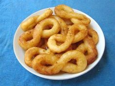 Cassava donuts (Buñuelos de Yuca) This is one of the most traditional desserts in Cuba, but it is known too in many more countries. Comida Latina, Yuca Recipes, Cooking Recipes, Healthy Recipes, Plats Latinos, Churros, Cuban Desserts, Greek Pastries, Cuban Dishes