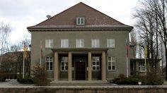 Hinter der Festungspionierschule der Wehrmacht (das Foto zeigt das Offizierskasino) in Karlshorst (Südosten) legte die kaiserliche Armee vor dem Ersten Weltkrieg einen Flugplatz an.