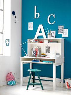 Ook als er nog geen huiswerk gemaakt moet worden, is deze werktafel ideaal om aan te tekenen en de eerste woordjes op papier te zetten.
