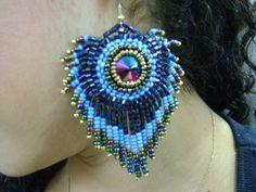 Brinco pena de pav�o em cristal, vidrilhos e mi�angas em tons de azul. Pode ser feito em cores a escolher.