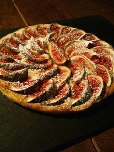 Les figues sont particulièrement bonnes cette année, j'en profite ! Ici une tarte fine faite à base de rognures, (chutes), de feuilletage, de crème d'amande et de figues, le tout cuit au four avec un peu de sucre glace. Pour la tarte fine aux pommes,...