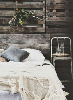 Chambre industrielle et chaleureuse. Usage malin de vieilles palettes comme tête de lit. Beautiful industrial bedroom, very warm and cozy. I love the use of the reclaimed pallets as a headboard.
