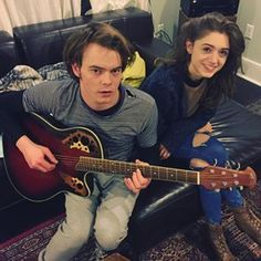 The actors who played Jonathan and Nancy from Stranger Things. They are cool actors! Stranger Things Fotos, Stranger Things Kids, Stranger Things Netflix, Millie Bobby Brown, Christian Slater, Winona Ryder, Mannequin Challenge, Jonathan And Nancy, Jonathan Byers