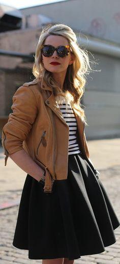 Jaqueta de couro caramelo Blusa listrada Saia de corte mais aberto