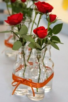 arranjo com garrafinhas para colocar flores