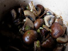 champiñones con alcaparrones en salsa de ajo y mantequilla