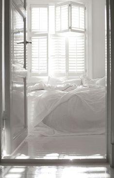 Valkoista ja pastelleja - White and Pastels The Style Files Kuvat: Gro Saevik Moderni koti - A Modern Home Kli. White Rooms, White Bedroom, White Bedding, Master Bedroom, Bedroom Modern, Light Bedroom, Bedroom Simple, Bedroom Bed, Dream Bedroom