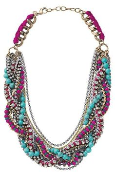 Una precisa combinación de colores para este collar de estilo hippie-chic.