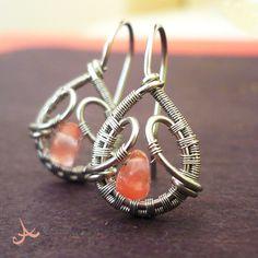 Hypoalergenní náušnice s růžovým obsidiánem Autorský šperk. Drátkované, velmi jemné náušnice  z CHIRURGICKÉ OCELI vyrobené technikou wire-wrapping, zdobené kamínky RŮŽOVÉHO OBSIDIÁNU. Základ vyroben z chirurgické oceli, drobný obmotávácí drátek z nerezové oceli. Náušničky dodávány se silikonovými zarážkami. Náušnice vyrobeny do 23. obsidiánového ...