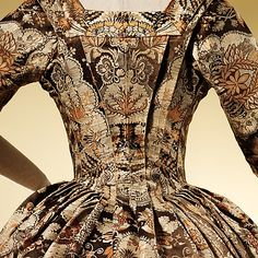 c. 1725 Look at the perfect construction on the back of the bodice, with the symmetry in the brocade print.