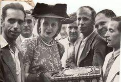 Eva Perón, esposa del presidente argentino Juan Domingo Perón, recibe un obsequio en el transcurso de un viaje oficial a Granada. 15 de junio de 1947 Torres Molina/Archivo de IDEAL