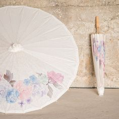Our exclusive white paper parasol with vintage floral print design is the perfect accessory for a wide range of wedding styles. Whether used to shade the suns rays or as a decorative photo prop, these parasols will add a pretty romantic flair. Floral Print Design, Motif Floral, Wedding Party Favors, Wedding Decorations, Wedding Gifts, Lace Parasol, Wedding Parasol, Alternative Bouquet, Pretty Pastel