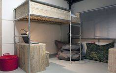 DE STEIGERHOUTLOODS Hoogslaper met bureau van steigerhout en steigerpijpen