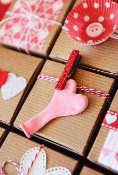 Ideas para adornar regalos de San Valentín - via blog.fiestafacil.com / Ideas for decorating St. Valentine's Day boxes, from blog.fiestafacil.com