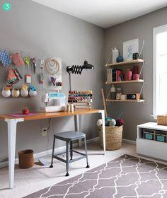 me gustan los estantes y el panel para colgar objetos... y las patas de la mesa