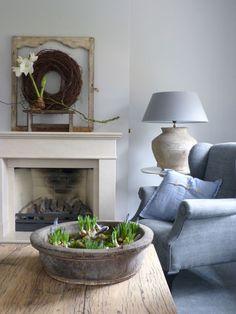 Naast de haard en de fauteuil kun je ook een tafeltje plaatsten met zo'n mooie landelijke schemerlamp om zo een fijne leeshoek te creëren.