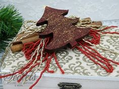 γούρι ξύλινο κουτί Christmas Wreaths, Christmas Ornaments, Christmas Crafts, Holiday Decor, Home Decor, Xmas, Handmade, Hands, Decoration Home