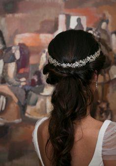 Peinado de novia trenza deshecha con tocado en plata, Wedding planners, organización de bodas One & Perfect Wedding Planning